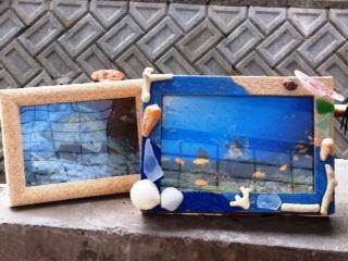 フレームにボンドを塗ってサンゴや貝殻をつける